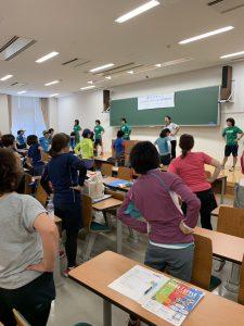 神戸マラソン「レディスランニングクリニック」の様子です。座学を1時間程度した後、大学の講義室内でストレッチをしています。