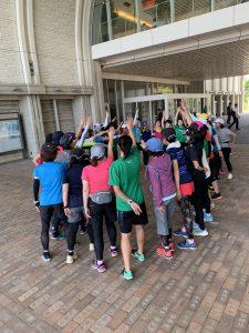 神戸学院大学の学生さんが先頭にたち、参加者全員で円陣を組んでいる様子です。