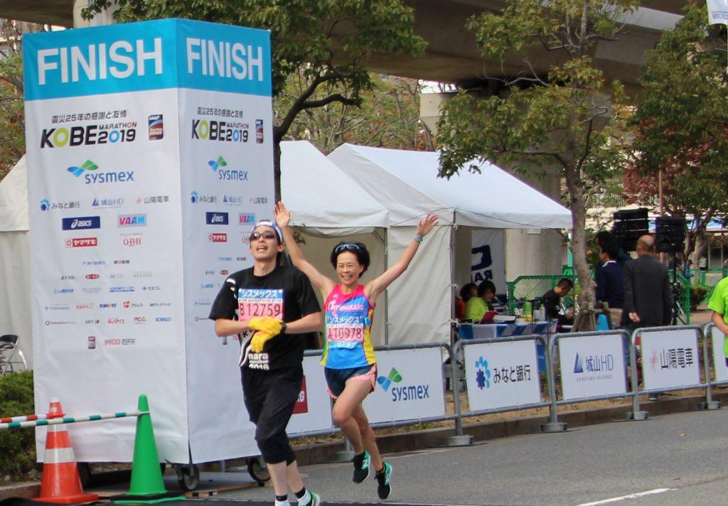 神戸マラソン第一回優勝者の上谷聡子とさんが、神戸マラソン2019年にゴールした瞬間。