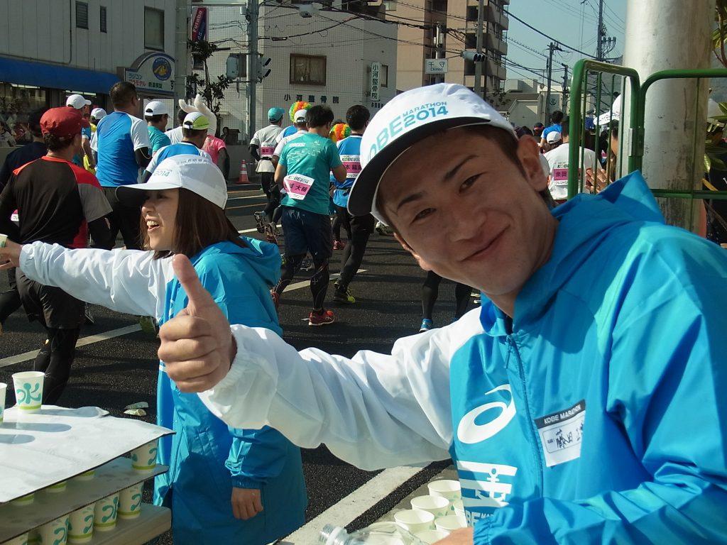 六甲バターの神戸マラソンボランティアスタッフリーダーを紹介しています。