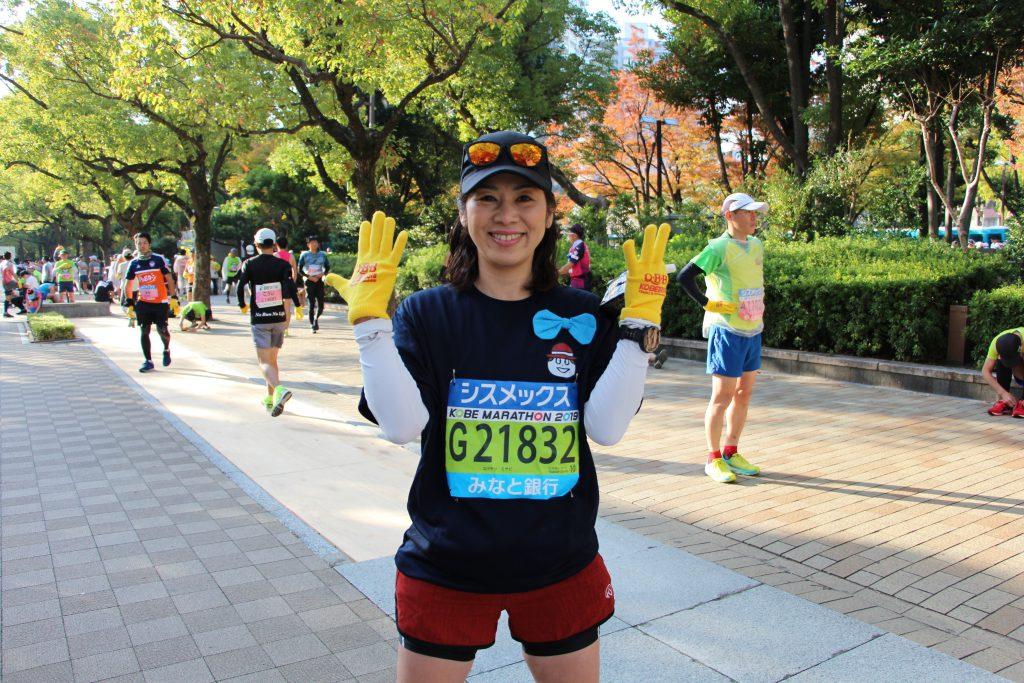 神戸マラソンスタート前に意気込みを語るQBBランナーの写真です。