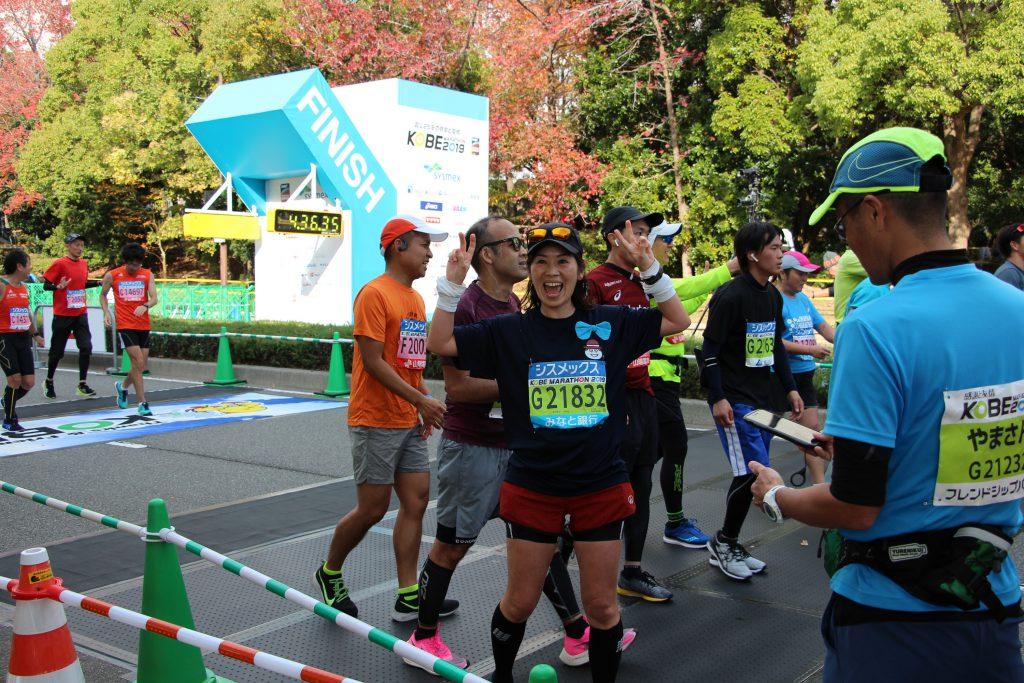 神戸マラソンでゴールした瞬間のQBBランナーの写真です。