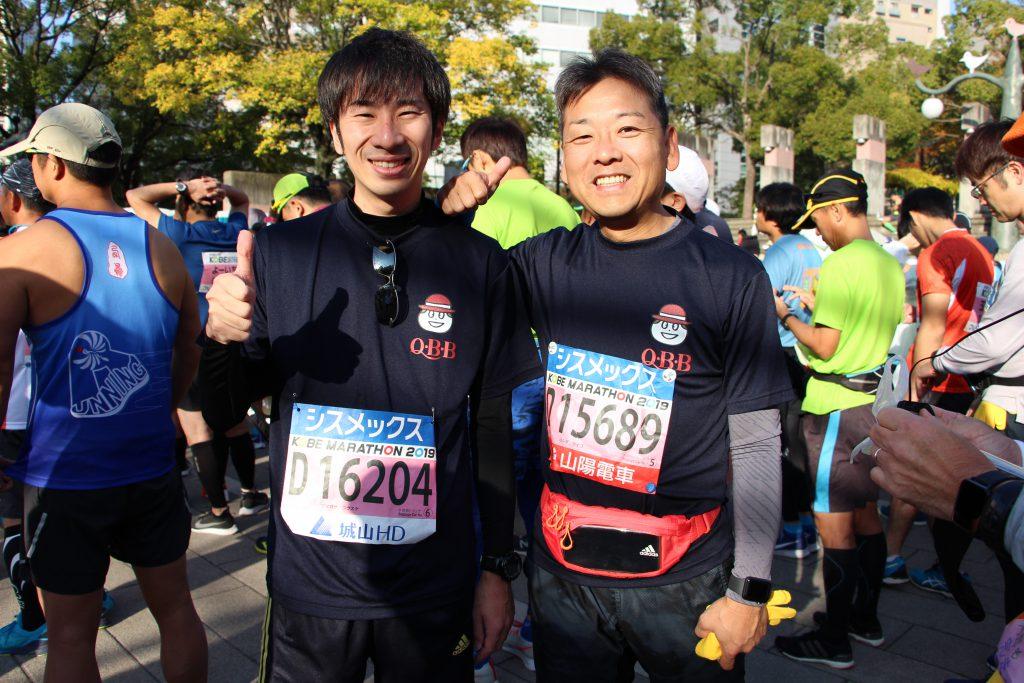 神戸マラソン直前にポーズをとる、QBBランナーたち