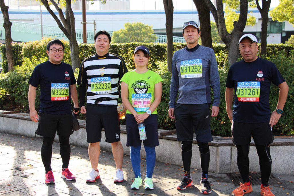 神戸マラソンにて、QBBランナーと共に走るメンバーの集合写真