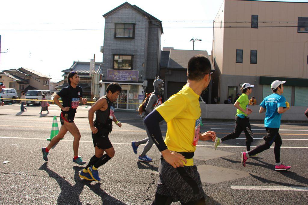 颯爽とかけぬけていく、神戸マラソンでのQBBランナー