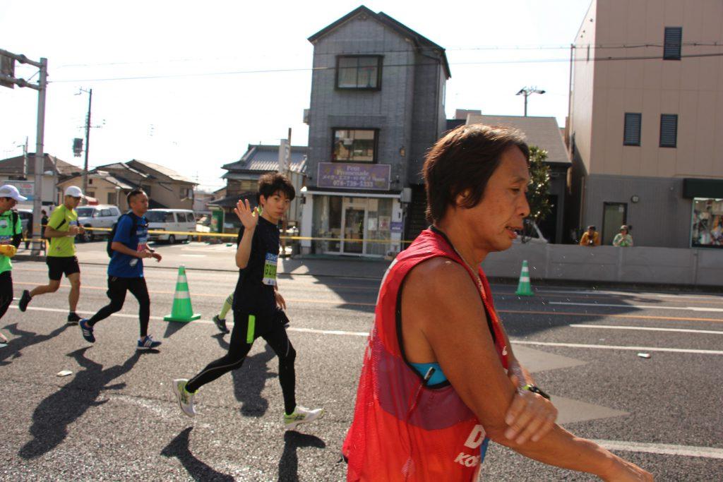 神戸マラソンで、ノエビアスタジアム前で手を振るQBBランナー。