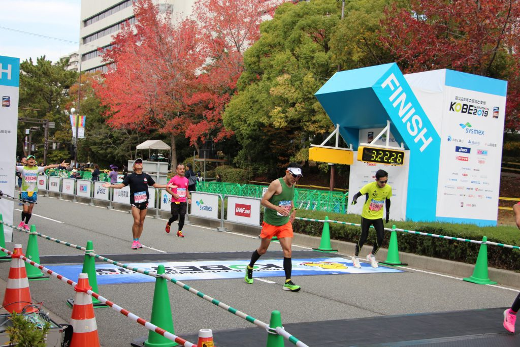 神戸マラソンでゴールする、まるで吉川晃司のようないで立ちの小田さん。