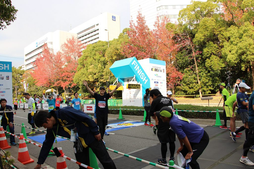 神戸マラソンゴールの瞬間の、QBBランナーの様子です。