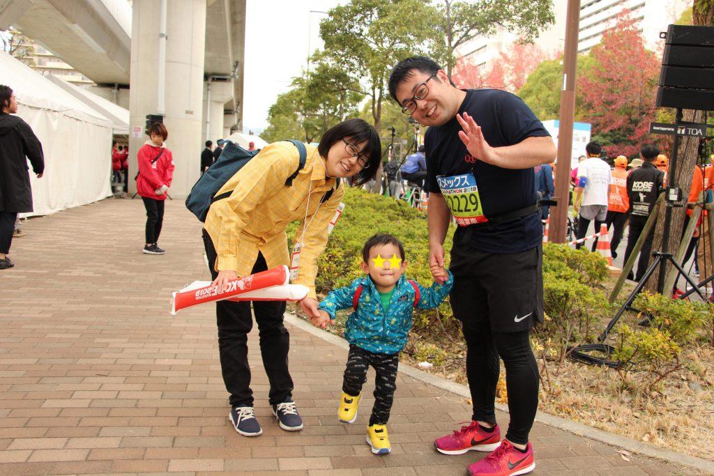 神戸マラソンにて無事ゴールを切った直後。ゴールで待っていた家族との集合写真。