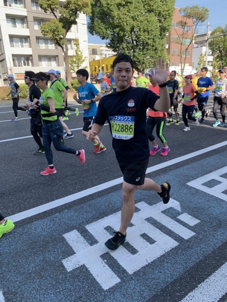 神戸マラソンの大開前でピースサインをするQBBランナー