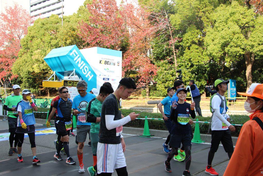 神戸マラソンゴール直後のQBBランナー