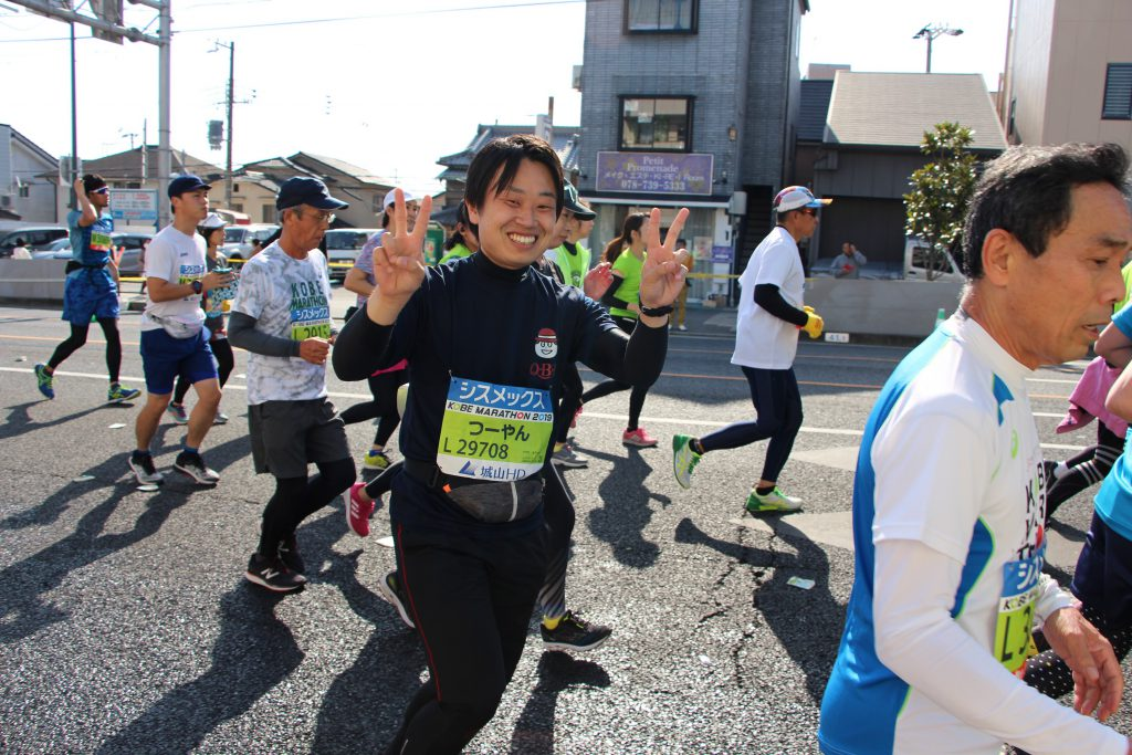 可愛いピース姿の神戸マラソンランナー