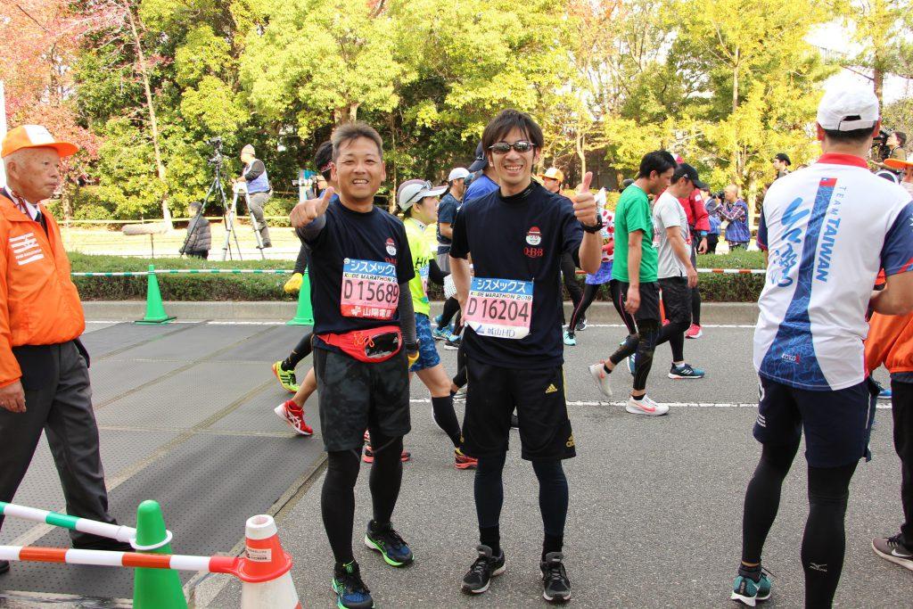 ゴール前で2人で優秀の美を飾る神戸マラソンランナー