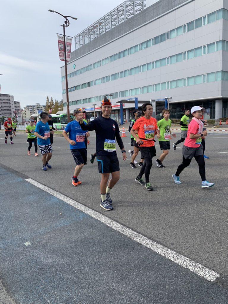 神戸マラソンでガッツポーズをするQBBランナー